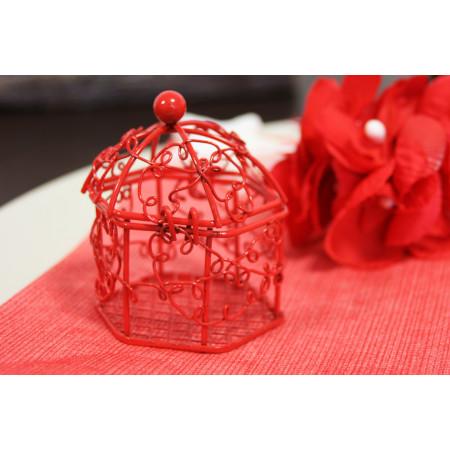 Cage en métal rouge