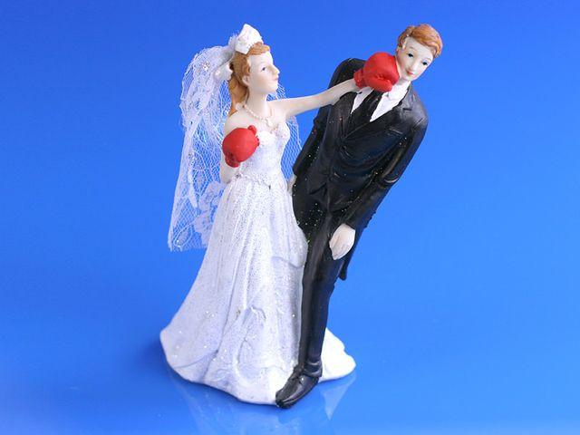Couple de mari s mari e avec des gants de boxe for Robes de renouvellement de voeux de mariage taille plus