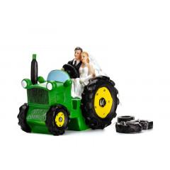 Couple de mariés sur un tracteur