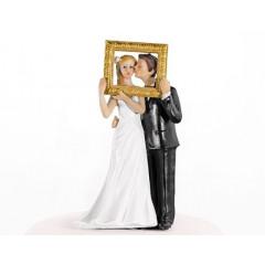 Couple de mariés avec cadre doré