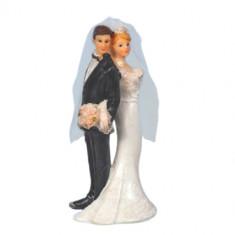 Couple jeunes mariés dos à dos